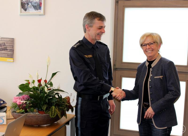 Der erste Polizeihauptkommissar Rainer Leutsch wurde von Landrätin Rita Röhrl im Landratsamt Regen begrüßt.