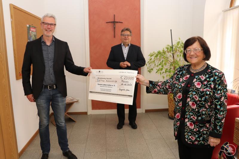 """Insgesamt 23.000 Euro für die Caritas Auslandshilfe überreicht Margaretha Fischer, die Vorsitzenden des Vereins """"Leben teilen e.V."""" Caritasvorstand Diakon Konrad Niederländer (mi.) und Mario Götz, Koordinator der Auslandshilfe DiCV Passau, (li.) danken für das große Engagement."""