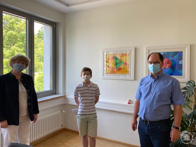Philipp Alberth bei der Siegerehrung durch Schulleiterin Barbara Zethner und Fachschaftsleiter Alexander Stöhr