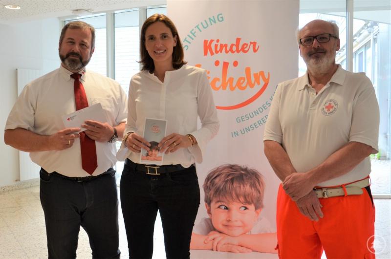 (v.l.). Michael Spitzenberger (BRK-Wachleiter der Rettungswache Tittling), Dr. Maria Diekmann (Vorstandsvorsitzende der Stiftung Kinderlächeln) und Herbert Reichmeier (Rettungswache Tittling).