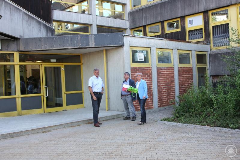 Landrätin Rita Röhrl mit Schulleiter Joachim Schmitt (li.) und Gebäudemanager Siegfried Gigl.