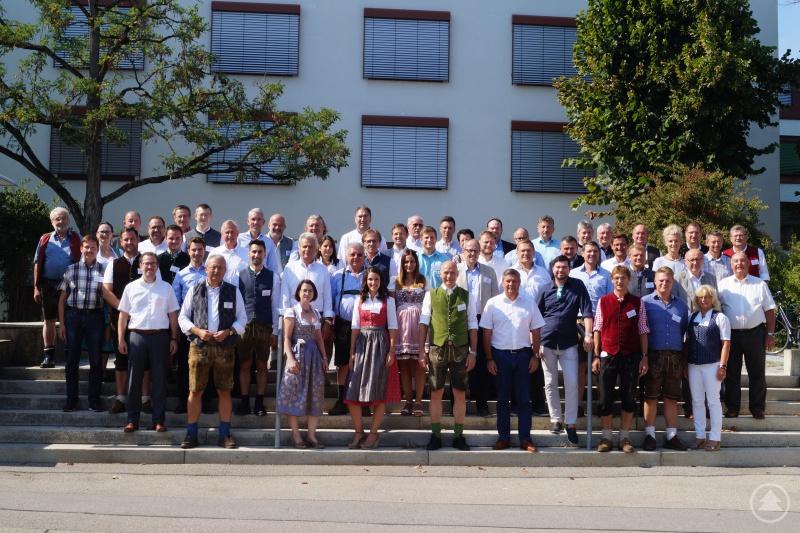 Die Teilnehmer am Unternehmertag aus Politik, Verwaltung und Wirtschaft beim gemeinsamen Gruppenfoto vor dem Landratsamt Straubing-Bogen.