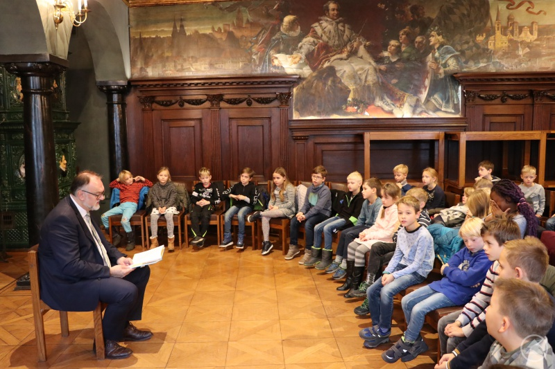 Im Kleinen Rathaussaal lauschten die Zweitklässler der Grundschule Grubweg dem Vortrag von Oberbürgermeister Jürgen Dupper (links).