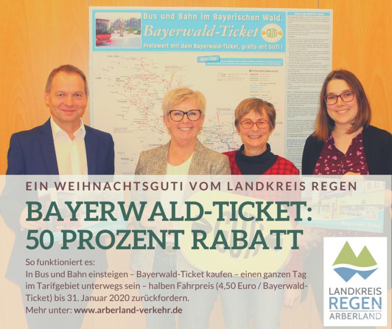 Landrätin Rita Röhrl (2.v.li.) stellte das ÖPNV-Weihnachtsguti zusammen mit Büroleiter Günther Weinberger, der Sachgebietsleiterin Teresa Seifert (re.) und Christina Wibmer vor.