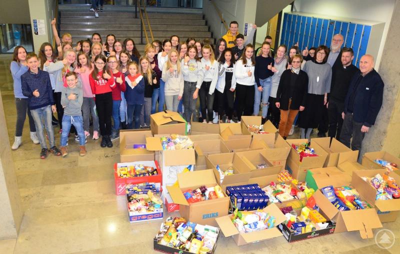 Die Verantwortlichen der Grafenauer Tafel nahmen die großzügigen Lebensmittel-Spenden der Realschülerinnen und Realschüler mit Freude entgegen.
