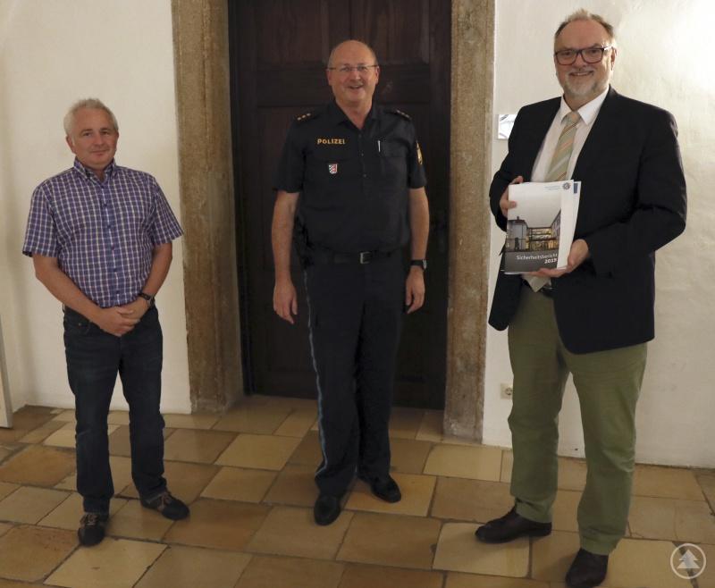 v. l.: Stellvertretender Ordnungsamtsleiter Michael Weber, Polizeidirektor Stefan Schillinger, Oberbürgermeister Jürgen Dupper