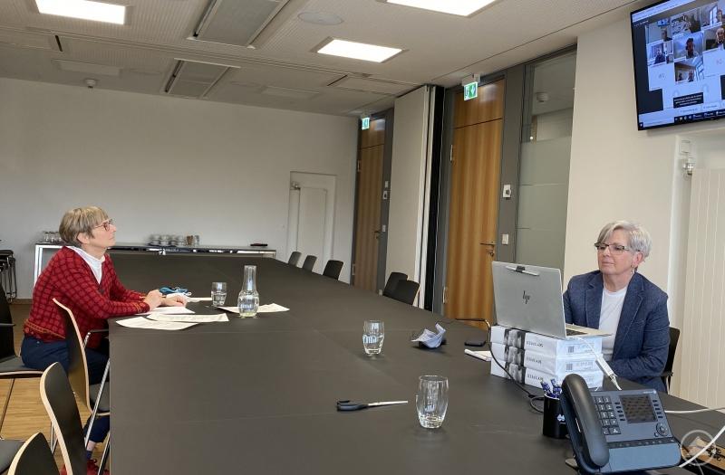 Landrätin Rita Röhrl (rechts im Bild) in der Videokonferenz mit Vertretern des Verkehrsministeriums. Für den Landkreis Regen waren zudem Christina Wibmer (links) und Geschäftsleiter Günther Weinberger (nicht auf dem Bild) am Runden Tisch beteiligt.