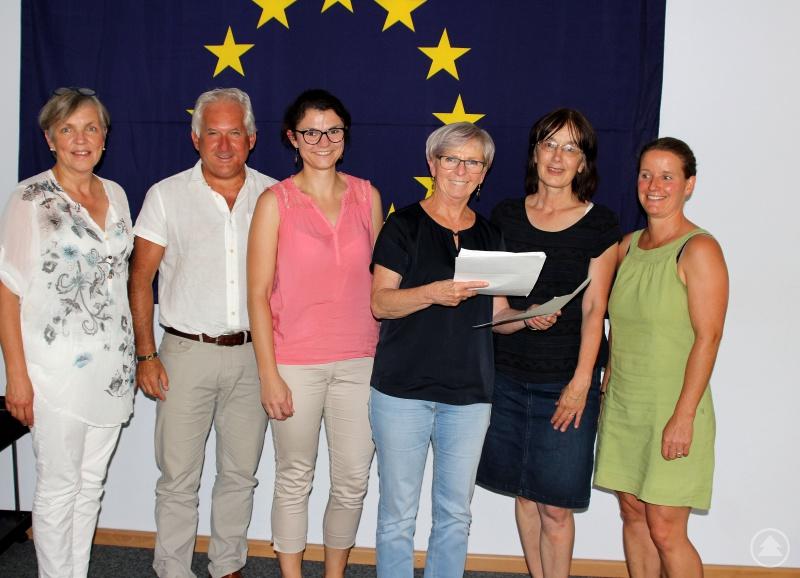 Christine Hagengruber (v.re.) und Eva Bauernfeind übergaben die Unterschriftenliste an Landrätin Rita Röhrl, Kathrin Baumann (Arberland REGio GmbH), Herbert Unnasch (Geschäftsführer Arberland REGio GmbH) und Susanne Wagner (Arberland REGio GmbH).