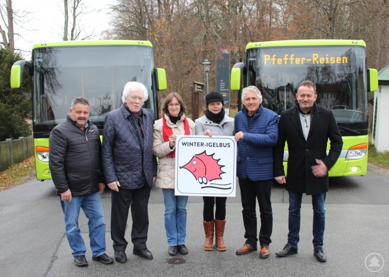 Stolz präsentieren die Betreiber der Winterigelbusse in der Saison 2018/2019 von der Bietergemeinschaft Pfeffer/Pfeffer/Sieghart Martin Pfeffer (2. von links) sowie (von rechts) Alois Pfeffer und Berthold Sieghart die neuen grünen Busse und das Logo, wie es auf den Bussen zu sehen sein wird – zusammen mit (von links) Josef Ranzinger, Nationalparkmitarbeiterin Katrin Wachter und Katharina Frieg von der GUTi-Koordinierungsstelle am Landratsamt.