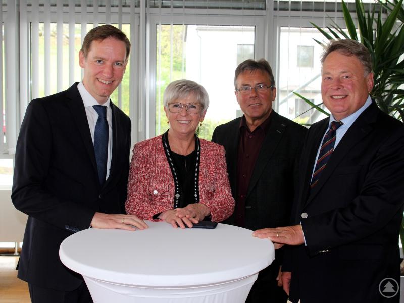 Sie wollen sich dafür einsetzen, dass der zweite Bauabschnitt möglichst bald gebaut werden kann, v.li. Regierungspräsident Rainer Haselbeck, Landrätin Rita Röhrl, Bürgermeister Alois Wenig und Staatsminister a.D. Helmut Brunner.
