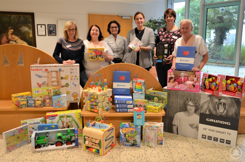 Übergabe der Spielsachen für die Stationen – (v.l.) Sandra Maier, Kornelia Schulz, Erika Uhrmann, Dr. Maria Diekmann, Martina Poxleitner und Luise Resch-Veit.