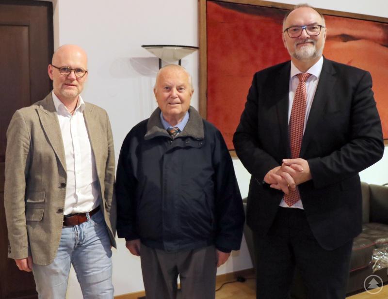 Oberbürgermeister Jürgen Dupper (rechts) und Umweltreferent Wolfgang Seiderer (links) danken Helmut Scheuchl für seine treuen Dienste.