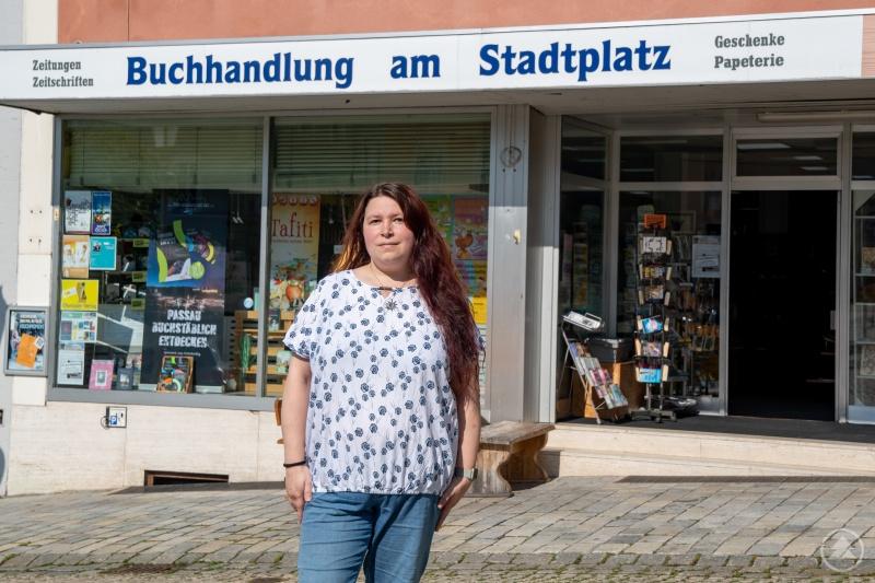 Michaela Nohl vor der Buchhandlung am Stadtplatz Grafenau