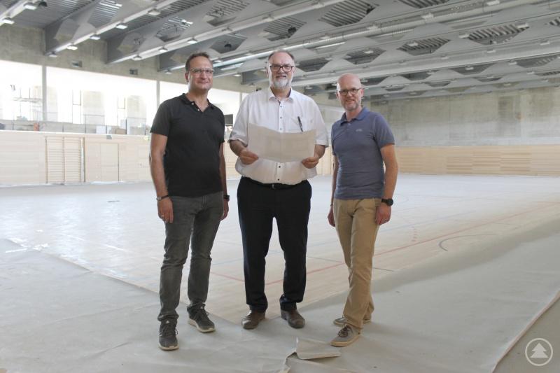 Oberbürgermeister Jürgen Dupper (Mitte) freut sich mit Baureferent Wolfgang Seiderer (rechts) und Christian Geier von der Dienststelle Schulen und Sport über die baldige Fertigstellung der neuen Mehrfachturnhalle.