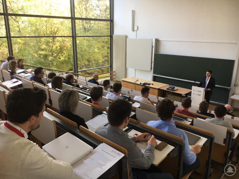 Wolfgang Stern (Leiter des Zentrums für Akademische Weiterbildung an der THD) bei der Begrüßung der Studienanfänger.