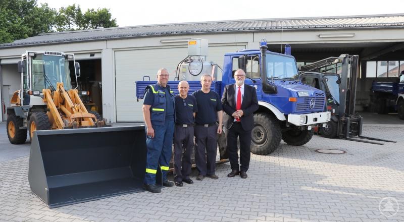 Oberbürgermeister Jürgen Dupper (von rechts) freut sich mit dem THW-Ortsbeauftragten Christian Jungnickel, dem Vorsitzenden des Helfervereins Gottfried Weindler und Schirrmeister Ernst Renner über die Anschaffungen.