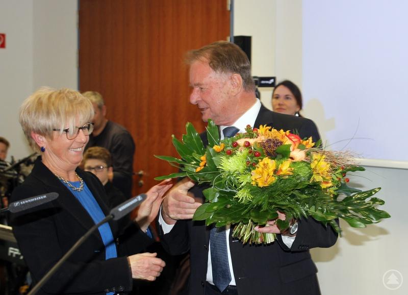 Blumen und einen Schutzengel überreichte der stellvertretende Landrat Willi Killinger.