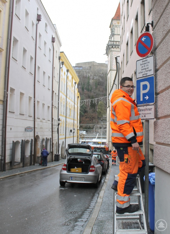 Daniel Schindler vom städtischen Bauhof beim Anbringen der neuen Beschilderung in der Schrottgasse.