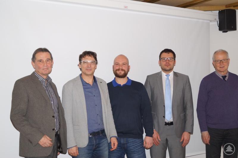 Regionalmanager Schuster (2. v. l.) bedankt sich bei den neuen Berufswahl-SIEGEL-Juroren (von links): Bernd Bachhuber, Florian Reihofer, Otmar Knaus und Hans Haugeneder.