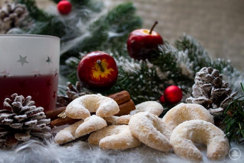 Leckerer Weihnachtspunsch und Kekse warten an den Weihnachtsmärkten Bayerns auf Besucher.
