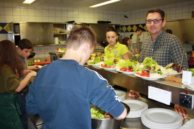 Lindenwirt (v.r.): Hotelier Christian Geiger und Franziska Süß, Serviceleiterin und Ausbildungsbeauftragte, mit Schülern beim Zubereiten des Mittagessens