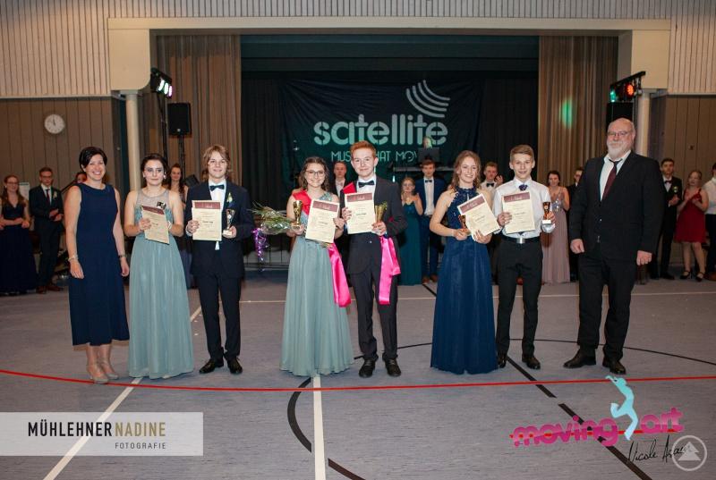 Stolz präsentierten sich die Siegerpaare des Tanzwettbewerbs, eingerahmt von den Lehrkräften Verena Lohmann und Konrektor Martin Weiß.