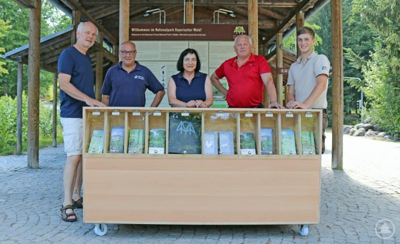 Lukas Laux (von links), Peter Auerbeck und Marianne Melch nahmen die von den Schreinern Hans- Georg Simmet und Johannes Schmid gebaute Infotheke sogleich in Betrieb.
