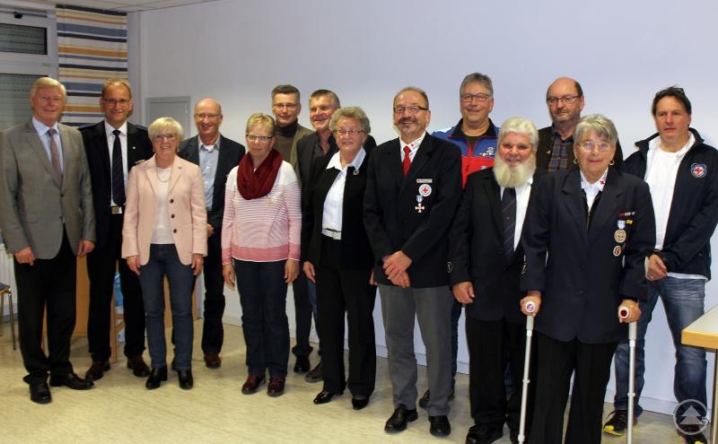 Die für ihren 40-jährigen Einsatz Geehrten mit Landrätin Rita Röhrl, dem BRK-Kreisgeschäftsführer Günther Aulinger und den BRK-Kreisvorsitzenden Walter Fritz.