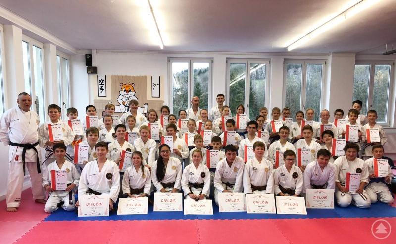 Die Kinder und Jugendlichen nach der Prüfung mit Ramona Gruber und Paul Gruber.