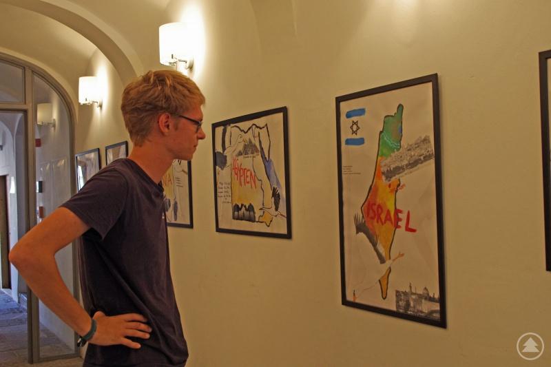 Tolle Storch-Bilder von Realschülern können derzeit im Gebäude der Nationalparkverwaltung in Grafenau bestaunt werden.