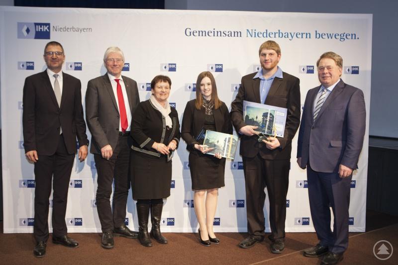 Die Preisträger aus Freyung-Grafenau mit IHK-Vizepräsident Claus Girnghuber, MdL Bernhard Roos, stv. Landrätin Renate Cerny (von links) und Staatsminister Helmut Brunner (rechts).
