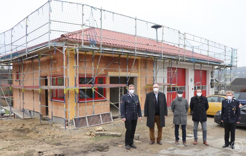 Freuen sich über den Baufortschritt (von links): 1. Vorstand Andreas Wimmer, Oberbürgermeister Jürgen Dupper, Baureferent Wolfgang Seiderer, Ordnungsamtsleiter Erik Linseisen und 1. Kommandant Stefan Bauer.