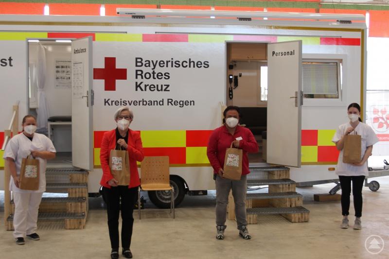 Landrätin Rita Röhrl (2.v.l.) und Teamleiterin Martina Krebs (3.v.l.) gemeinsam mit zwei Mitarbeiterinnen des Impfteams bei der Übergabe der Osternester.