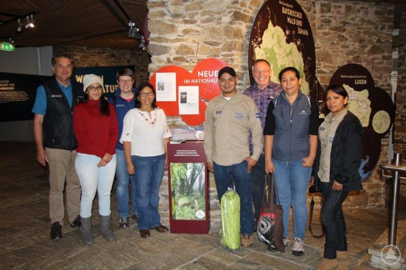 Nationalparkchef Dr. Franz Leibl (l.) und Teresa Schreib, beim Nationalpark zuständig für den Bereich Tourismus (3.v.l.), mit den Besuchern aus El Salvador bei der Spendenübergabe.
