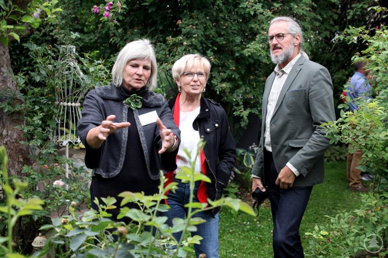 Sabine Wühr (li.) erklärte Landrätin Rita Röhrl und dem Kreisgartenfachberater Klaus Eder ihr Gartenkonzept.