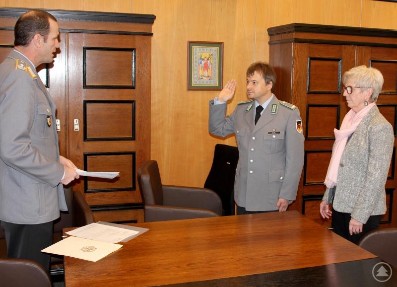 Major d.R. Michael Bastl beim Ablegen des Amtseides. Oberstleutnant Thorsten Klapp sprach die Eidformel vor. Anschließend gratulierte Landrätin Rita Röhrl.