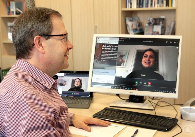 Das neue Gründerportal ergänzt die IHK-Beratungsleistungen für Gründer – IHK-Gründungsberater Manfred Högen im Gespräch mit einer Gründerin.