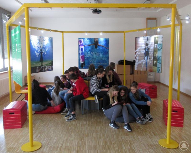 """Schülerinnen und Schüler der Klasse 9b sitzen im Innenkreis der Ausstellung """"Klang meines Körpers"""""""