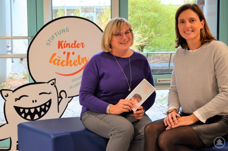 Die langjährige Fördervereinsvorsitzende Annemarie Schmöller (l.) und Dr. Maria Diekmann als Vorstandsvorsitzende der Stiftung Kinderlächeln werden künftig im Rahmen der Stiftung Kinderlächeln eng zusammenarbeiten.