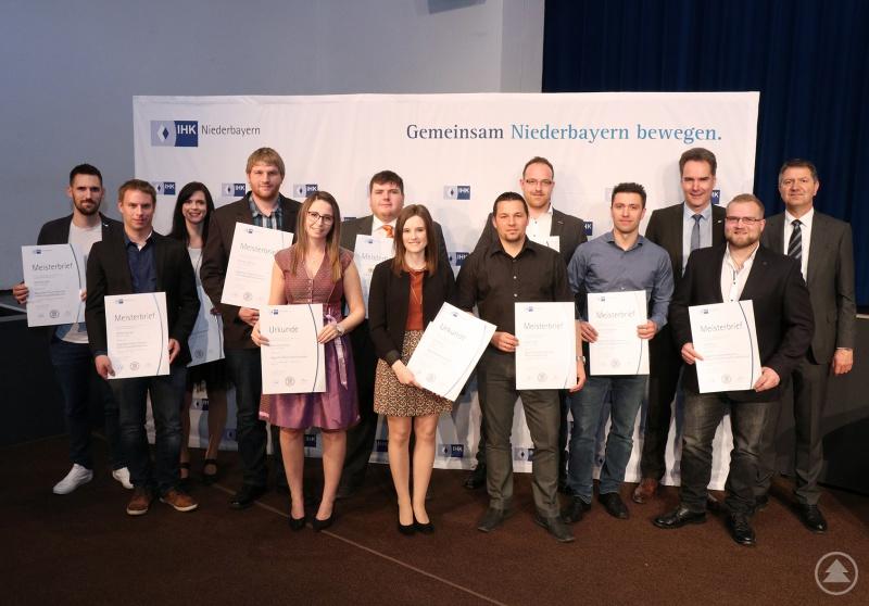 Die Nachwuchsfachkräfte aus Freyung-Grafenau mit IHK-Vizepräsident Claus Girnghuber und Hauptgeschäftsführer Alexander Schreiner (hinten von rechts)