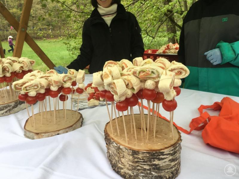 An jedem Stand gab es eine andere Köstlichkeit zum Probieren: Zum Beispiel eine Lachsschnecke mit Mozzarella und Tomate.