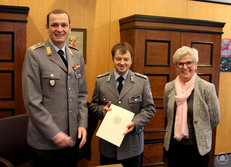 Oberstleutnant Thorsten Klapp überreichte an den Michael Bastl, dem Major der Reserve, die Ernennungsurkunde. Landrätin Rita Röhrl gratulierte.