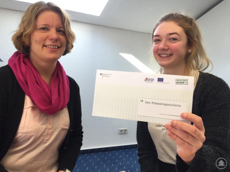 Elena Meininger (r.) freut sich freut sich über den Prämiengutschein, den sie nach dem Beratungsgespräch von Bildungsprämienberaterin Hella Ueberham (l.) überreicht bekommen hat.
