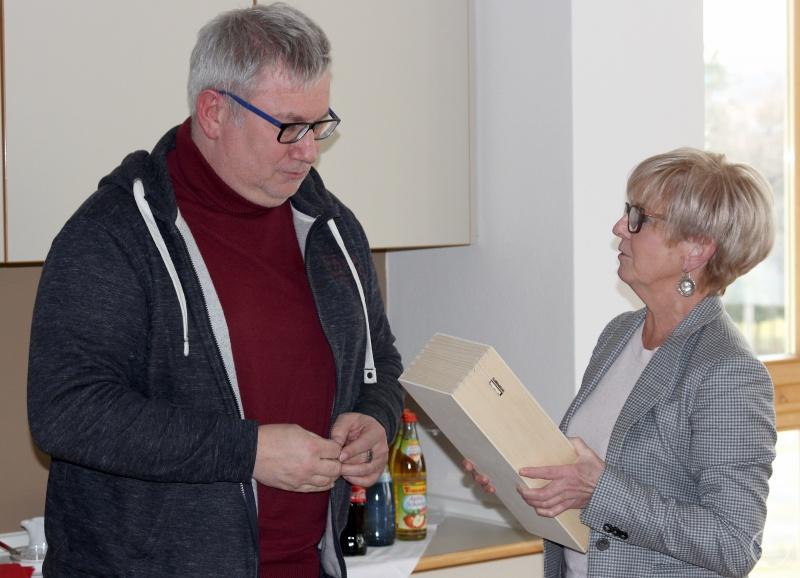 Mit einem Geschenk verabschiedete Landrätin Rita Röhrl den ehemaligen Kreisjugendringvorsitzenden Thomas Pfeffer.