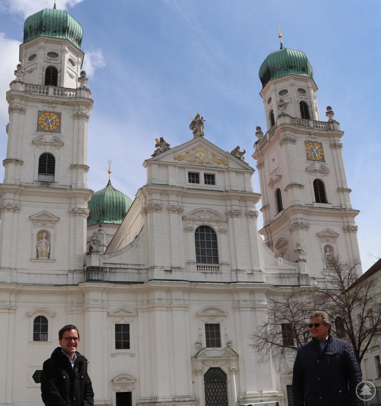 Caritasvorstand Diakon Konrad Niederländer (re.) dankt dem Vorstandskollegen und Diözesan-Caritasdirektor Michael Endres für den Einsatz in den vergangenen Jahren in Passau und wünscht für die Zukunft Gottes Segen. (Die Masken wurden für das Foto kurz abgenommen)