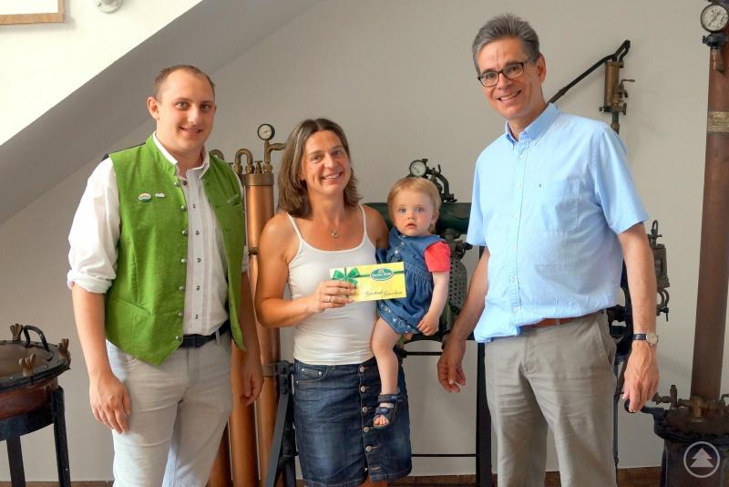 Freute sich über den Gewinn: Melanie Niemetz (Mitte) mit WAIDLER.COM -Leiter Andreas Bildl (links) und Bräu Uli Wiedemann (rechts)