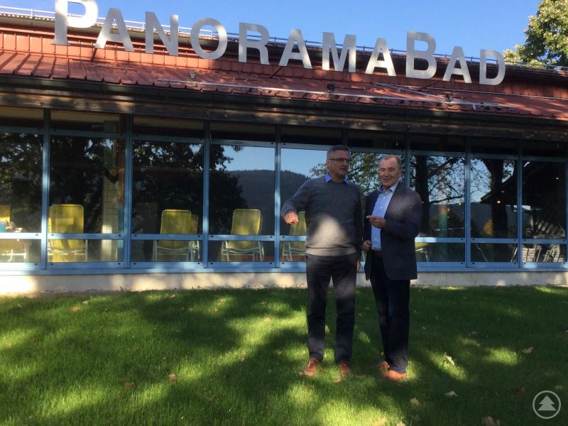 Das jährliche Defizit beim Betrieb des Panorama-Hallenbades macht Bürgermeister Hermann Brandl (rechts) Sorgen. Davon berichtete er MdL Alexander Muthmann, der sich Gedanken macht, wie der Gemeinde geholfen werden kann.