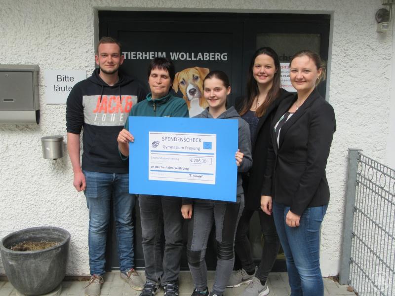 Simon Eiler und Lena Stumpp (hinten) übergaben zusammen mit ihrer Lehrerin Tanja Wagner (rechts) den Gewinn aus ihrem P-Seminar an die Tierpfleger in Wollaberg.