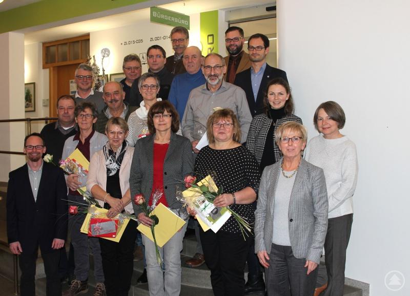 Die Jubilare, Rentner und Pensionisten mit ihren Abteilungsleitern, Landrätin Rita Röhrl und dem stellvertretenden Personalratsvorsitzenden Thomas Vazquez.