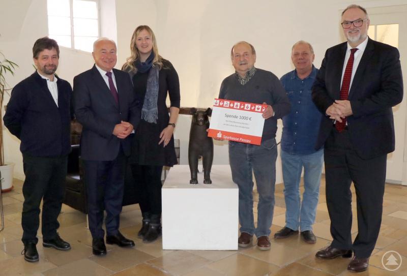 Oberbürgermeister Jürgen Dupper (rechts) freut sich mit Eva Sattler über die großzügige Spende der Passauer Dreiflüssemusikanten um Christoph Metten (von links), Präsident Alois Ortner, Vorstand Hermann Kapfhammer und Gottfried Wölfl.